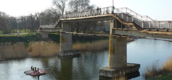 Пішохідний міст через Вовчу відремонтують