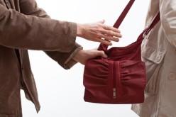 У Першотравенську чоловік вирвав сумку у бабусі