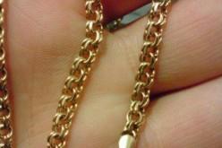 Грабитель сорвал золотые цепочки со словами: «Извини, такие обстоятельства!»