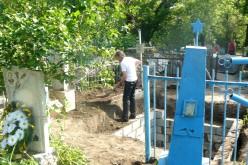 На Центральному кладовищі Павлограда роми викопують старі могили, щоб збудувати свої (ФОТО)