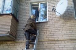 У Павлограді рятувальникам довелося діставати з вікна п'яного чоловіка