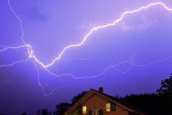 В селі В'язівок в дах будинку потрапила блискавка