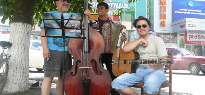 На вулицях Павлограда лунає джаз