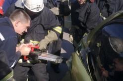 В Першотравенске спасателям пришлось освобождать мужчину из автомобиля