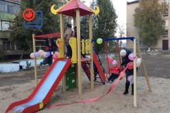 В самом дружном дворе установили детскую площадку