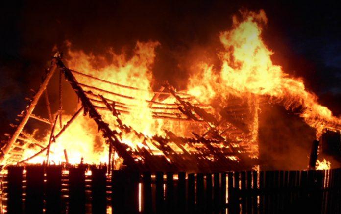 В Чериковском районе ночью сгорела дача, под обрушившимися конструкциями обнаружили погибшего хозяина