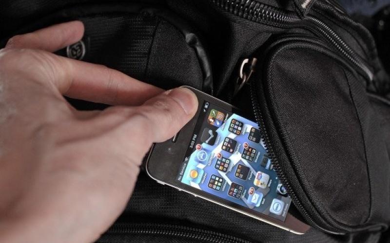 У мужчины украли два мобильника на автозаправке
