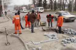 В Павлограде ямы на внутридворовых дорогах заложат брусчаткой