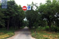 Запрещающие знаки на въезде в парк снова украли