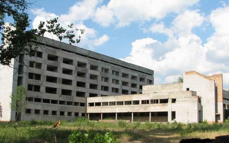 Огромную недостроенную больницу в Павлограде планируют продать под разборку