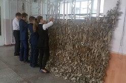 Павлоградские школьники плетут маскировочные сетки для бойцов АТО