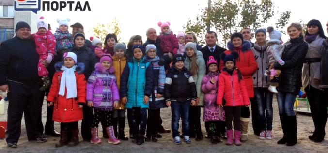 Напротив модульного городка для переселенцев построили детскую площадку (ФОТО и ВИДЕО)