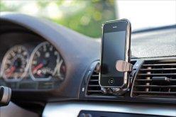 У павлоградца украли телефон, разбив окно автомобиля