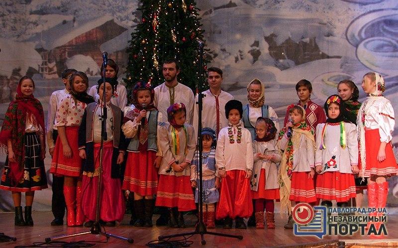 В Павлограде более 200 человек пели колядки, щедривки и демонстрировали рождественские обряды