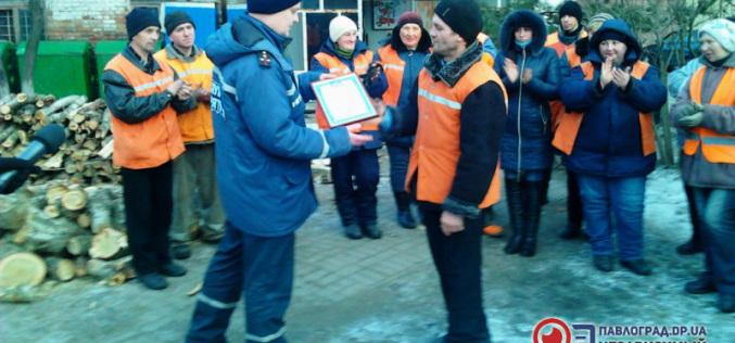 Коммунальщик, вытащивший детей из реки, получил награду