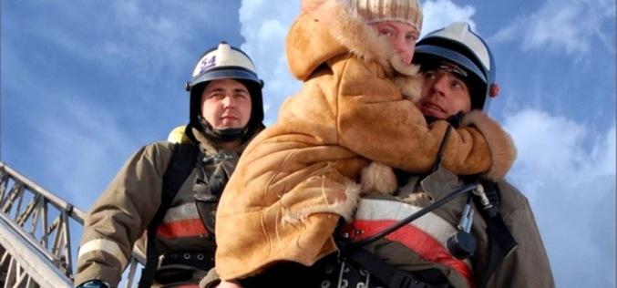 Спасателям пришлось снимать детей с балкона, пока матери не было дома