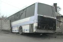 В Терновке автобус протаранил бетонный забор частного домовладения