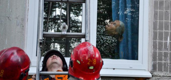 В Павлограде спасателям пришлось снимать женщину с балкона