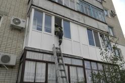 Женщина стала заложницей… балкона