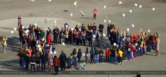 В Павлограде состоялся флешмоб «Голубь мира» (ФОТО и ВИДЕО)