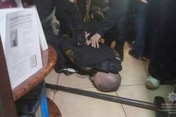 Павлоградцы похитили должника и требовали переписать на них квартиру
