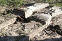 На Павлоградщине полицейские задержали молодого человека, который разбил могилы (ФОТО)