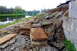 После дождей и снега в Павлограде еще больше размыло дамбу (ФОТО)