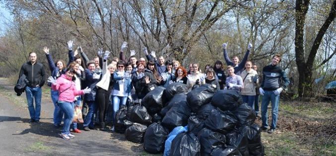 Сотрудники ДТЭК ШУ Терновское очистили от мусора лесополосу вблизи шахты