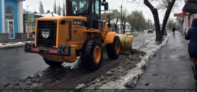 На улицы Павлограда вывели снегоуборочную технику (ФОТО и ВИДЕО)