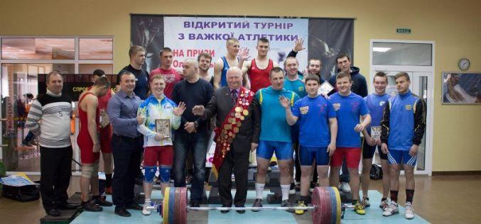 Олимпийский чемпион вручил призы новому поколению тяжелоатлетов (ФОТО)