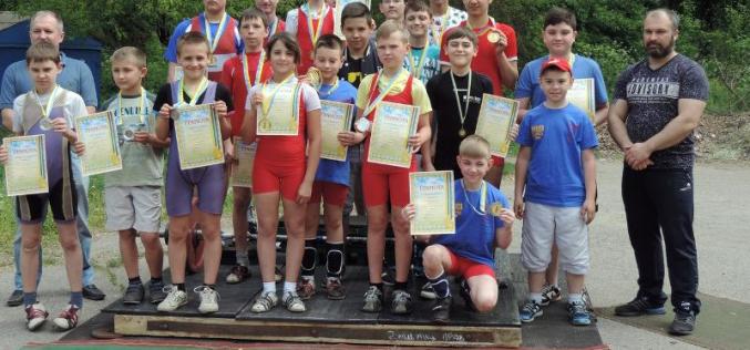 Тяжелоатлеты посвятили чемпионат Дню победы