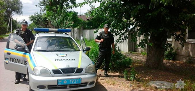 Не замечая полицейских, мужчина продолжал резать кабель