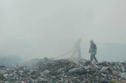 Жара, дым и огненные смерчи — под Павлоградом вторые сутки горит свалка (ВИДЕО)