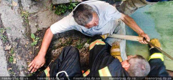 В Павлограде мужчина застрял между трубой и фасадом здания