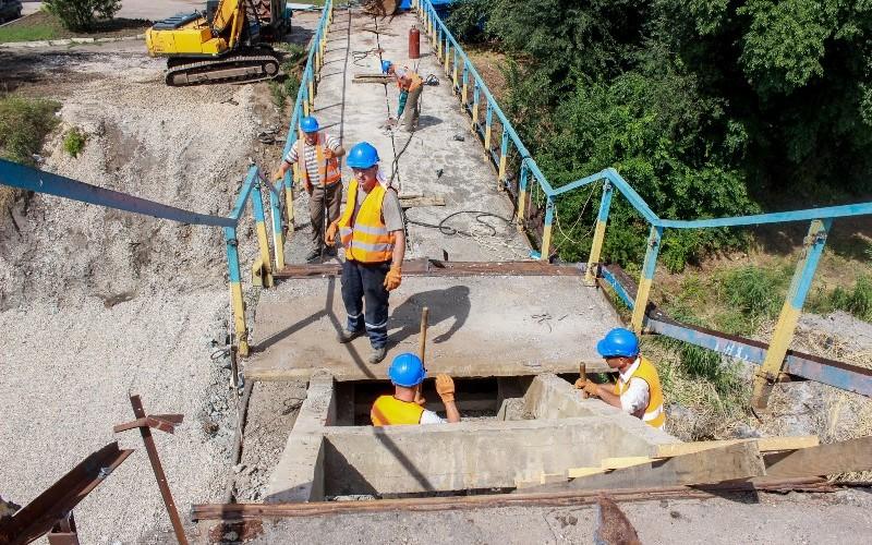 Мэр Павлограда назвал причину задержки в ремонте пешеходного моста через Волчью
