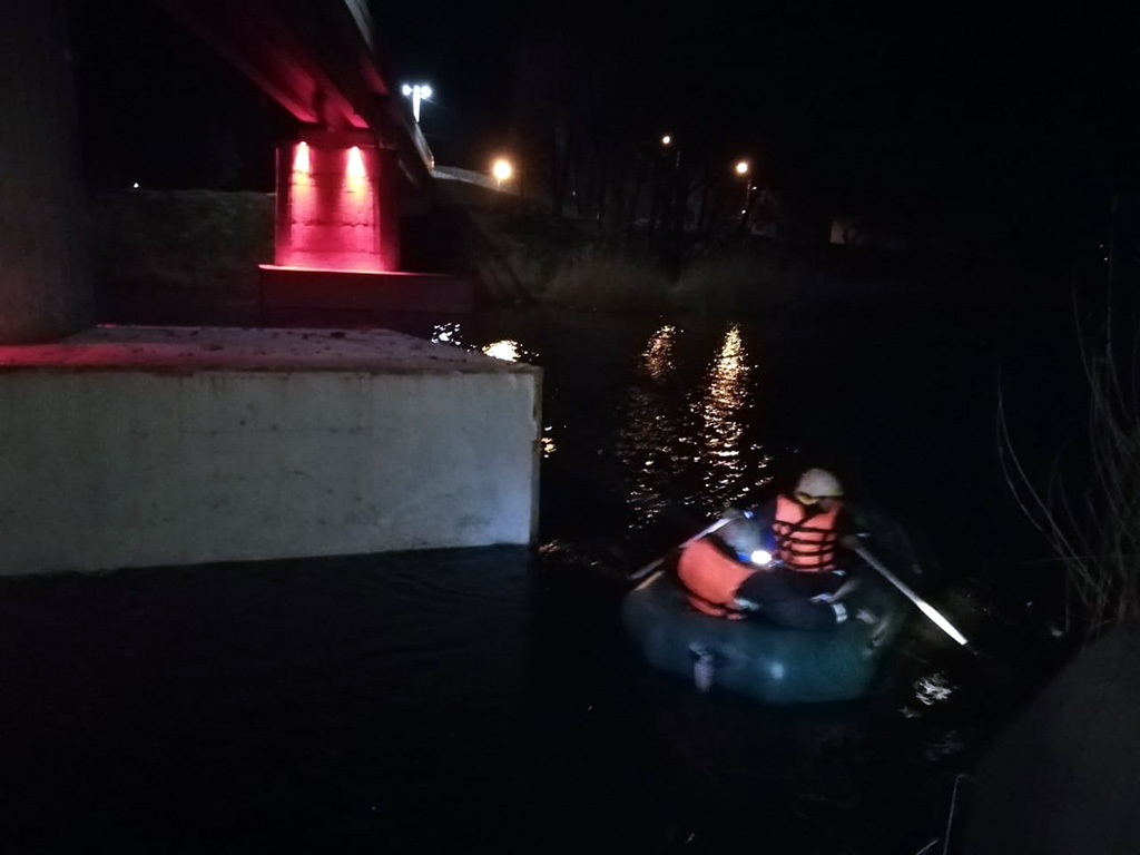 Спасатели достают тело на берег